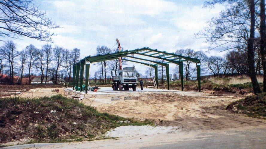 Älteres Bild vom Bau einer Halle.