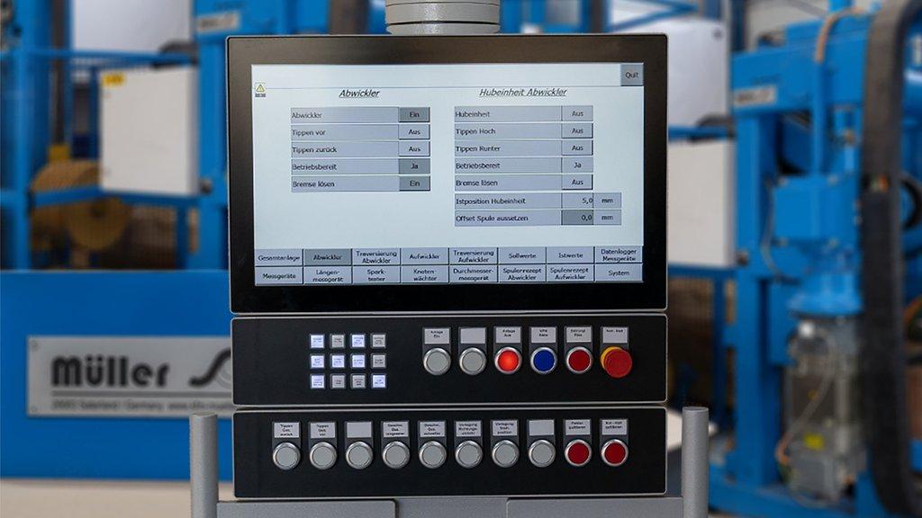 Eine ältere Maschine aus der Kabelproduktion wird in Stand gesetzt und technisch aktualisiert.