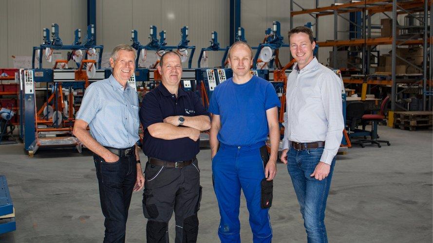 4 Männer in einer Produktionshalle