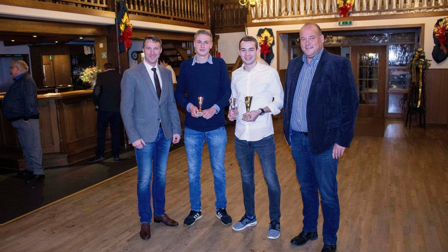 Auszeichnung mit Pokalen auf einer Weihnachtsfeier