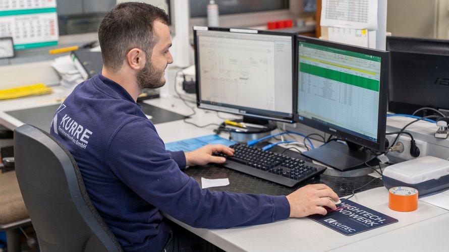 Junger Mann am PC