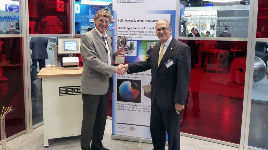 Dr. Horst Scheid (Sieve Engineering) is being honoured by Collin Dawson (IWMA).