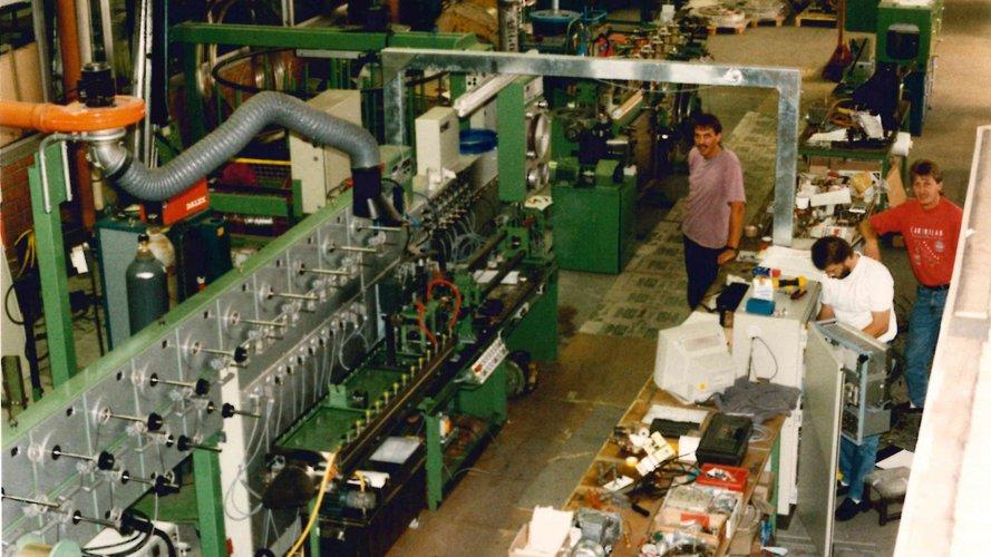 Älteres Bild vom Aufbau einer Kabelmaschine.