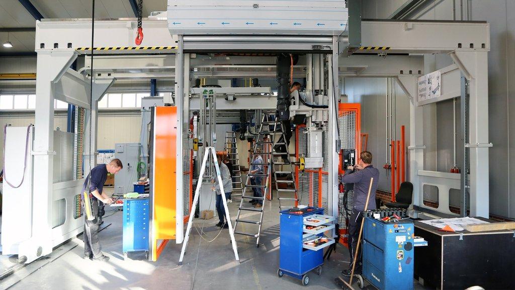 Mehrere Mitarbeiter von Kurre arbeiten an einer Kabelmaschine.