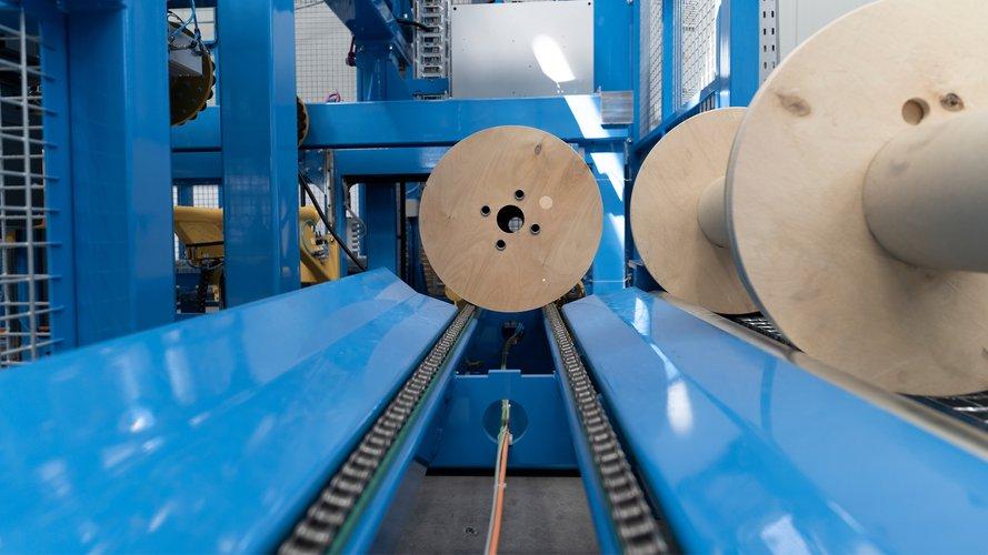 Teil einer automatischen Trommelspulanlage, zum Konfektionieren von Kabelprodukten.