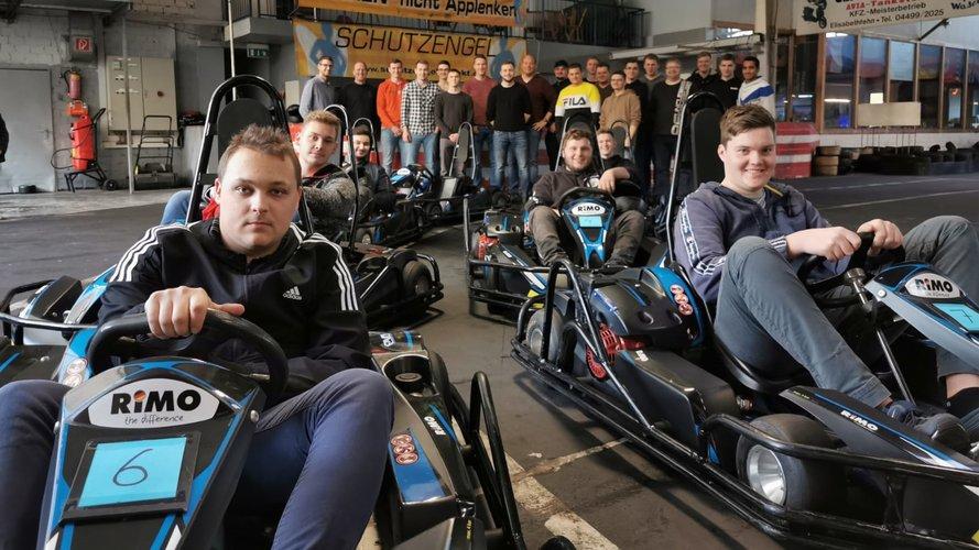 Gruppe junger Leute auf einer Kartbahn