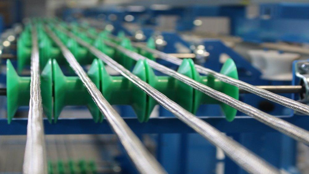 Detailbild Kabel auf einem Kabelspeicher mit grünen Rollen